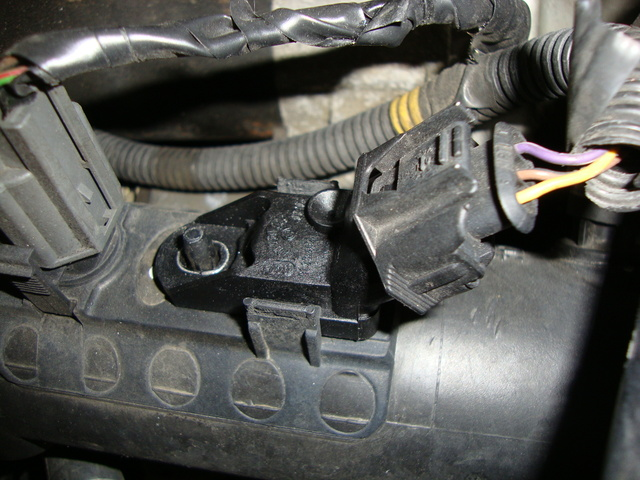 fuse box in volvo s80 99 xc70 intake pipe sensors  99 xc70 intake pipe sensors