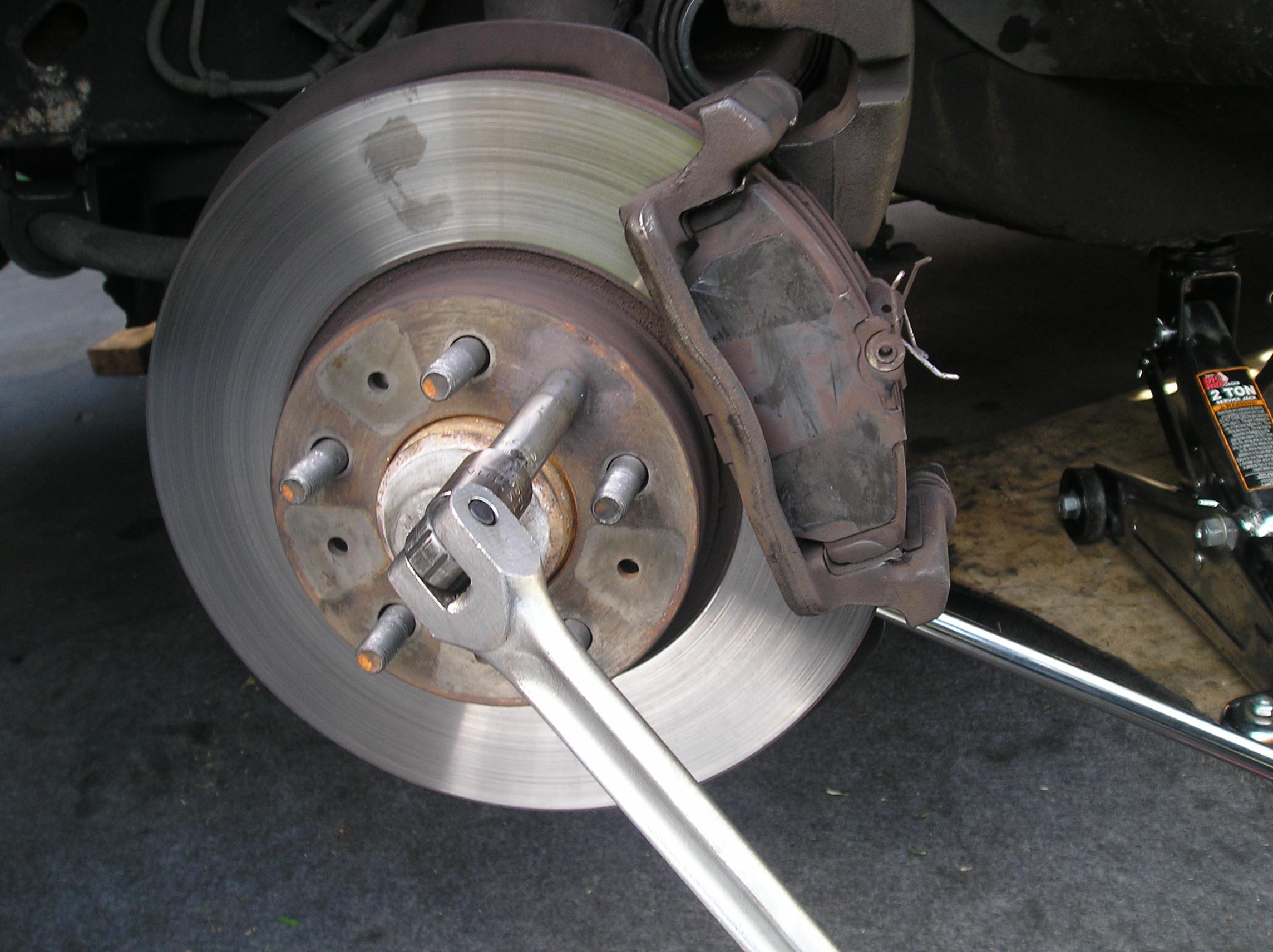 Volvo 940 Front brake job DIY tutorial - removing lug nuts