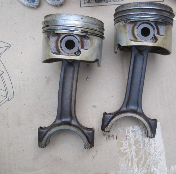 Pistons and rods… notice the bend on the left piston rod?